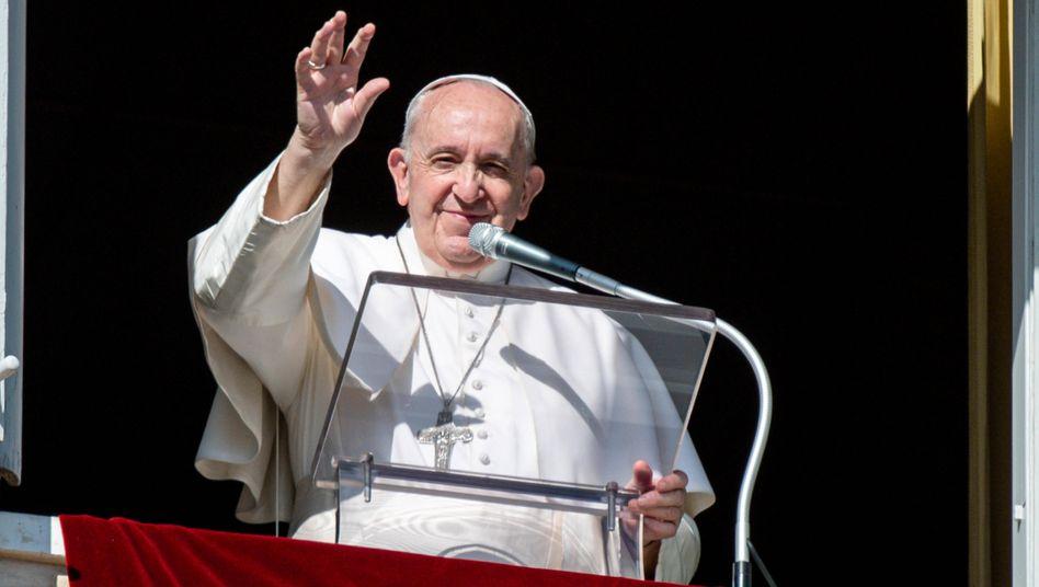 Papst Franziskus beim Mittagsgebet auf dem Petersplatz in Rom