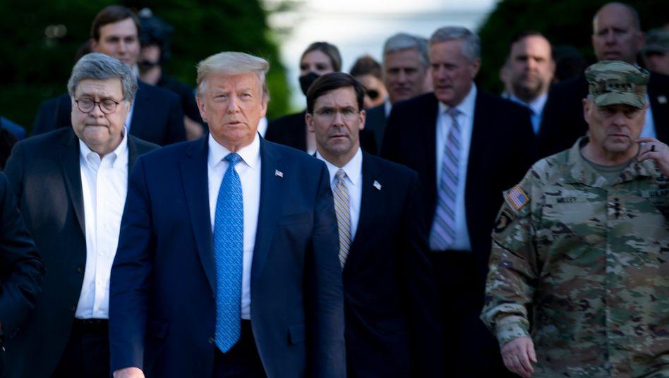 Donald Trump mit William Barr (l.) auf dem Weg zur Kirche: direkte Anweisung an die Sicherheitskräfte