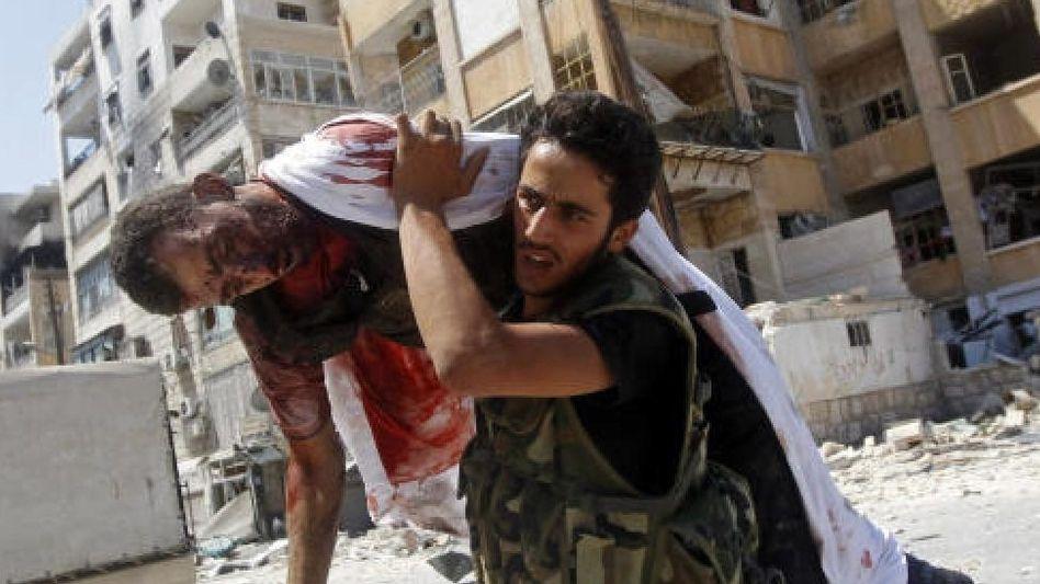 Bergung eines verletzten Rebellen in Aleppo