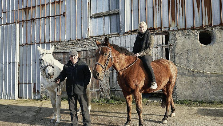 Pferdebesitzerin Basener, Vereinskamerad vor dem Stall in Brekendorf