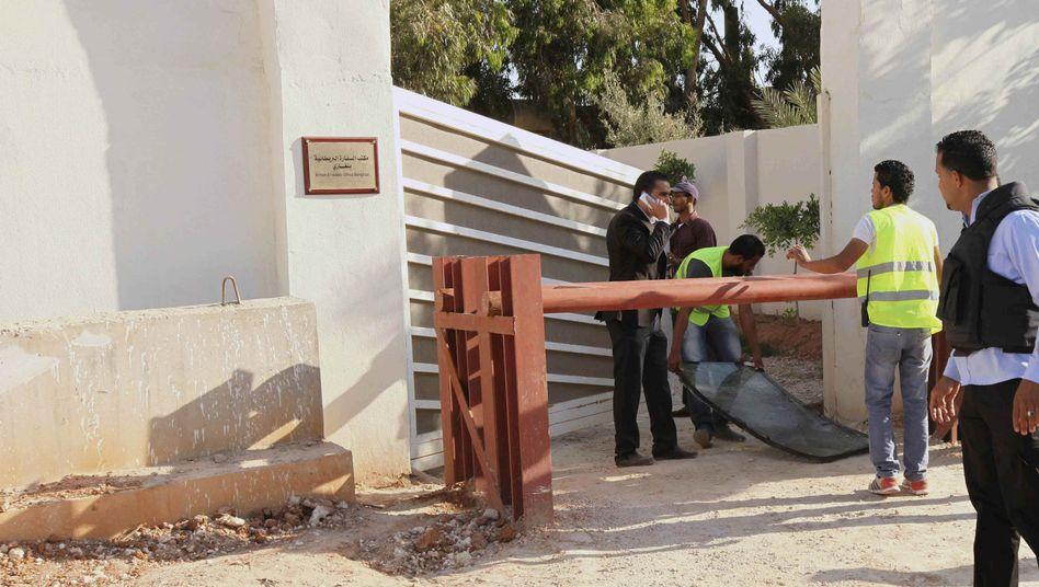Beschädigte Windschutzscheibe vor britischem Konsulat in Bengasi: Zwei Verletzte