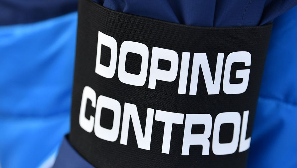 Die Armbinde eines Doping-Kontrolleurs