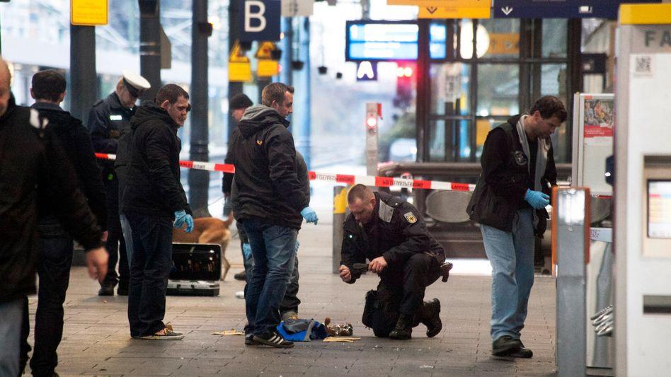 Police at Bonn's central train station examine the suspicious bag.