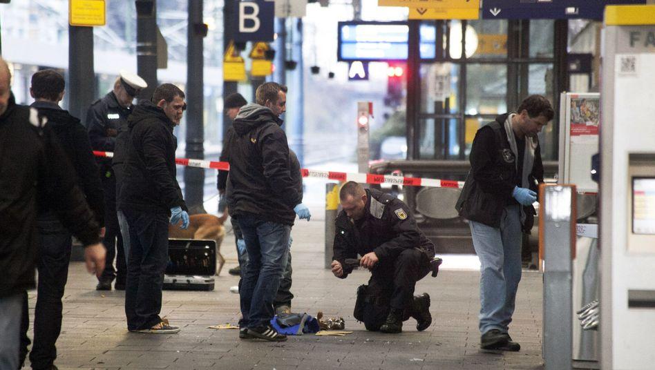 Polizisten am Bonner Hauptbahnhof: Gebäude zwischenzeitlich komplett gesperrt