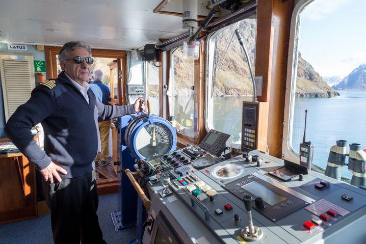 Kapitän Tormod Karlsen auf der Brücke