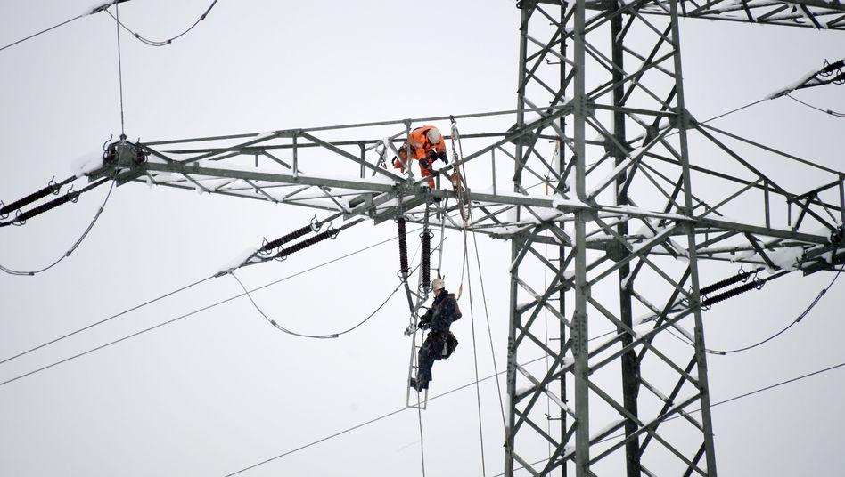 Reparaturen an einem Strommast in Bayern: Vor etwa einem Jahr war der Stromanbieter BEV pleitegegangen
