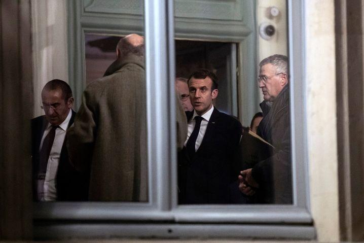 Emmanuel Macron im Pariser Innenministerium, kurz vor Mitternacht
