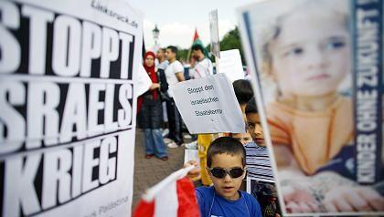 """Friedensdemonstration in Berlin: """"Stoppt Israels Krieg"""" heißt es auf Plakaten"""