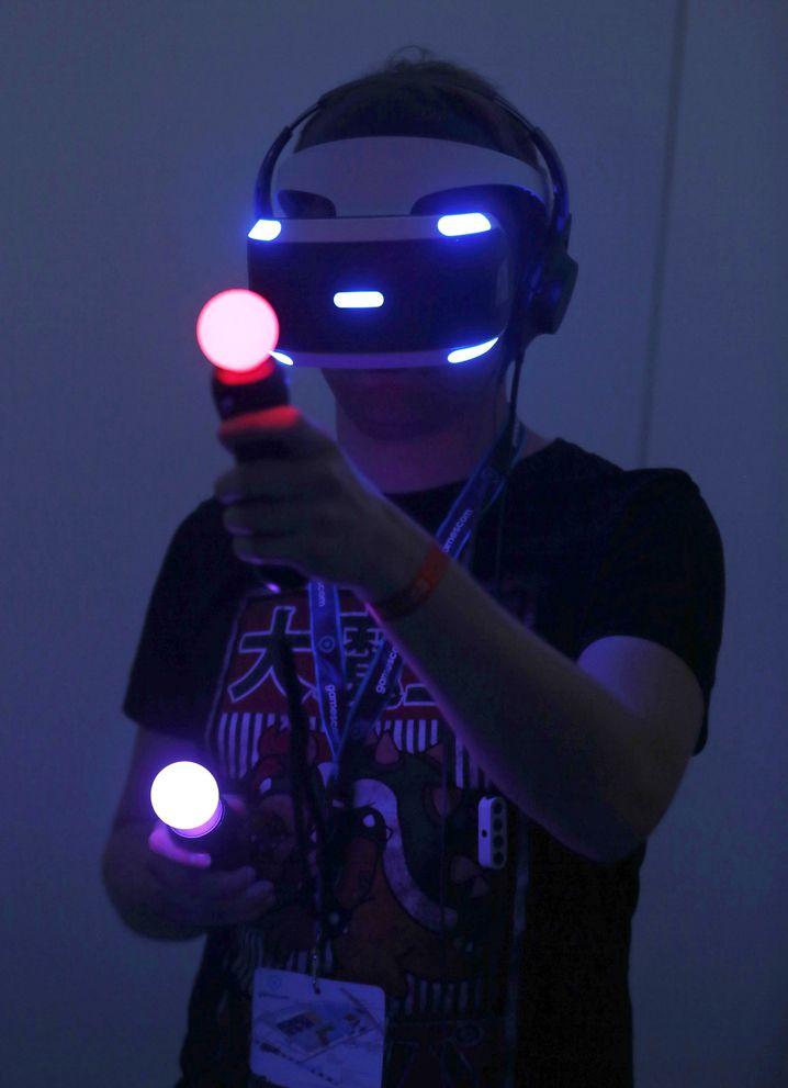 Besucher mit VR-Brille auf der Spielemesse Gamescom in Köln