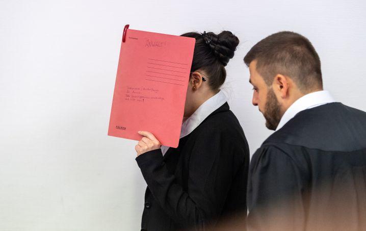 Jennifer W. an einem Prozesstag in München im Sommer 2019