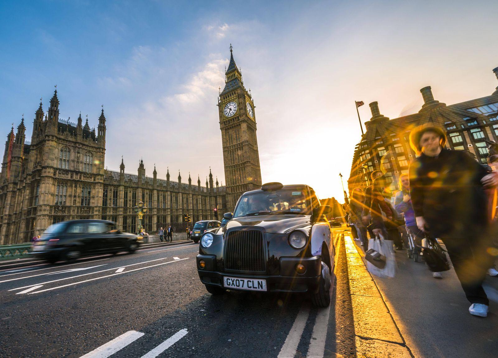 Schwarzes Taxi Black Cab vor Big Ben Houses of Parliament Westminster Bridge Sonnenuntergang Ge