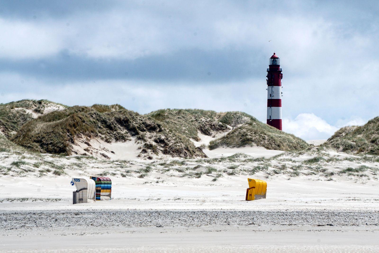 Leuchtturm Insel Amrum Insel Amrum,Sueddorf, 27.05.2021 - Leuchtturm auf der Insel Amrum, Strandkoerbe am Sandstrand. W