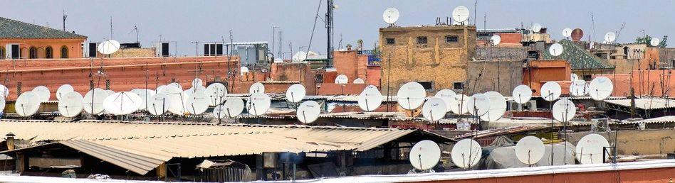 Satellitenschüsseln auf Dächern in Marrakesch, Marokko