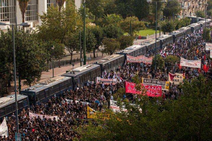 Proteste vor dem Gericht: Tausende demonstrierten gegen die Partei