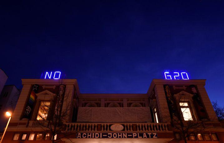 """No G20"" steht als Slogan am autonomen Kulturzentrum Rote Flora"
