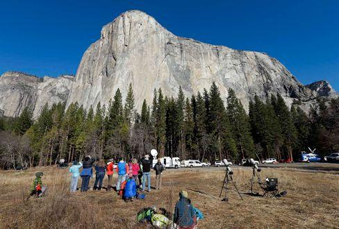Zuschauer sehen Bigwall-Kletterern im Yosemite-Valley am El Capitan zu (2015)