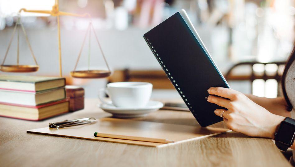 Viel lesen und viel schreiben – beides gehört zu den Hauptaufgaben im Jurastudium (Symbolbild)