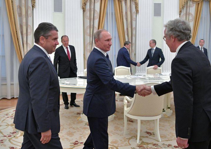 Gabriel, Putin (M), der den deutschen Botschafter in Russland, von Fritsch, im Kreml begrüßt.