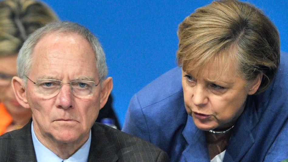 Minister Schäuble, Kanzlerin Merkel: Mehrbelastungen in Milliardenhöhe