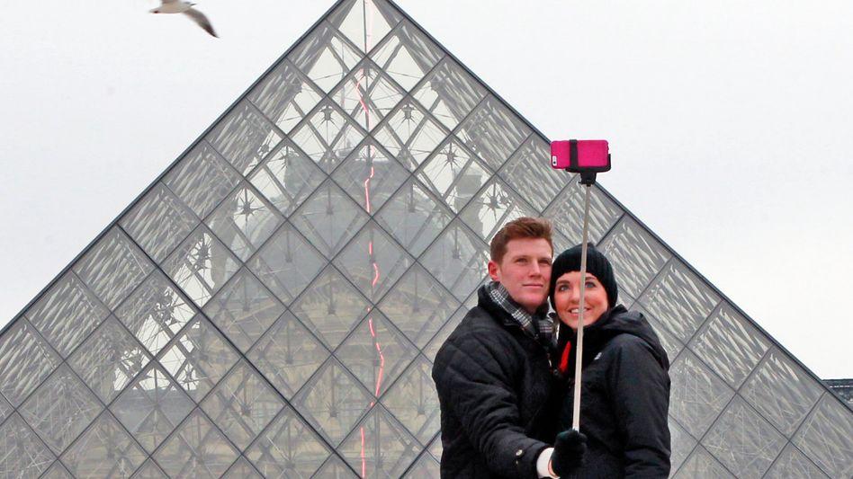 Selfie-Stick-Nutzer in Paris: Je nach Herkunftsland kann es teuer werden, das Handyfoto den Verwandten zu schicken