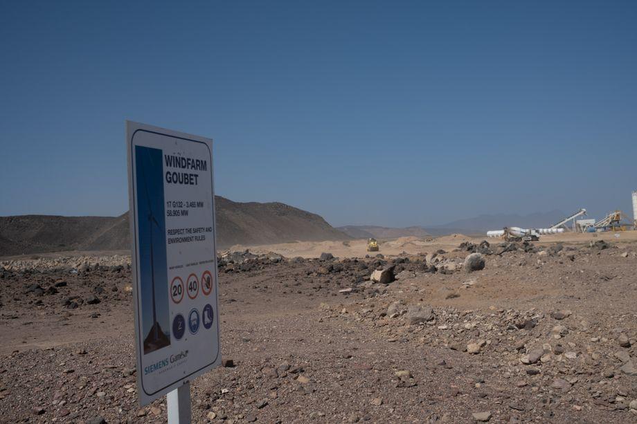 Baustellen für erneuerbare Energien in der Wüste: Bis 2035 strebt das Land Energieselbstständigkeit an und könnte irgendwann sogar zu einem wichtigen Stromexporteur in der Region werden