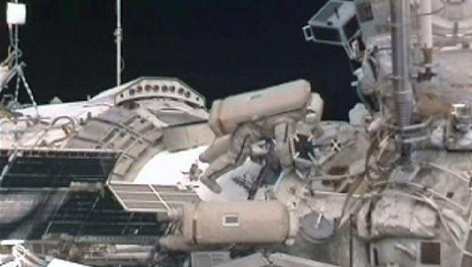 Außeneinsatz: Sergej Wolkow und Alexander Samokutjajew arbeiten an der ISS
