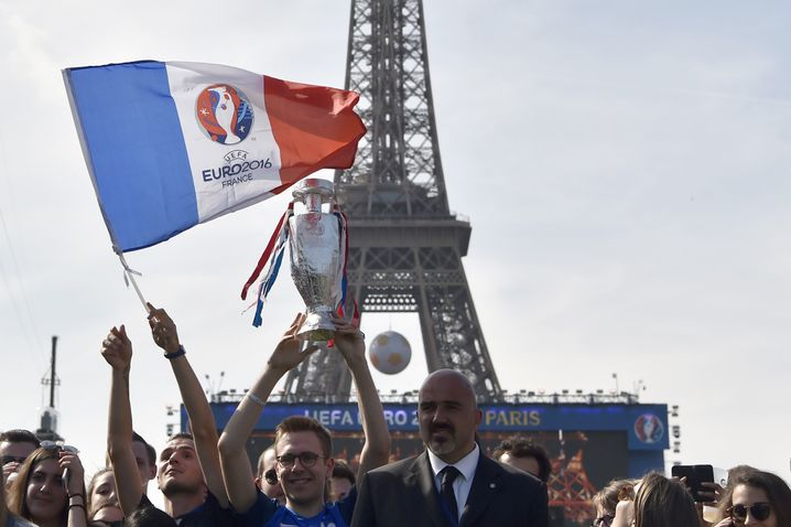 Die Eröffnungszeremonie der EM vor dem Eiffelturm