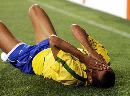 Rivaldo am Boden: Mime im Fußballtrikot