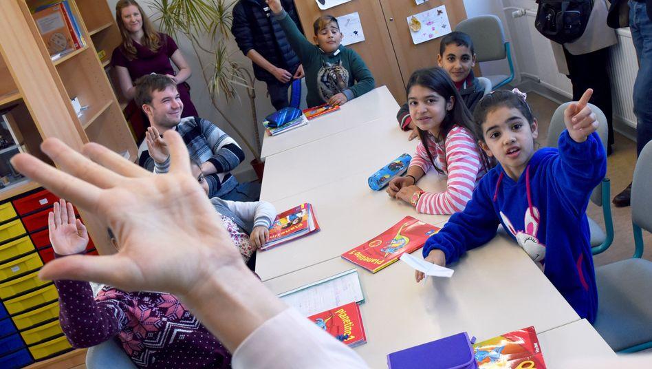Willkommensklasse in Potsdam: Kinder von Asylbewerbern und Flüchtlingen werden hier neben dem Schulunterricht bis zu fünf Stunden in der Woche gefördert.