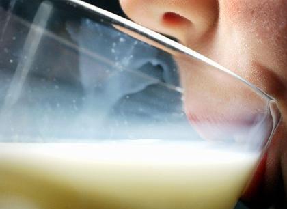 Milch trinkendes Kind: Wie viel Preissteigerung ist gerecht?