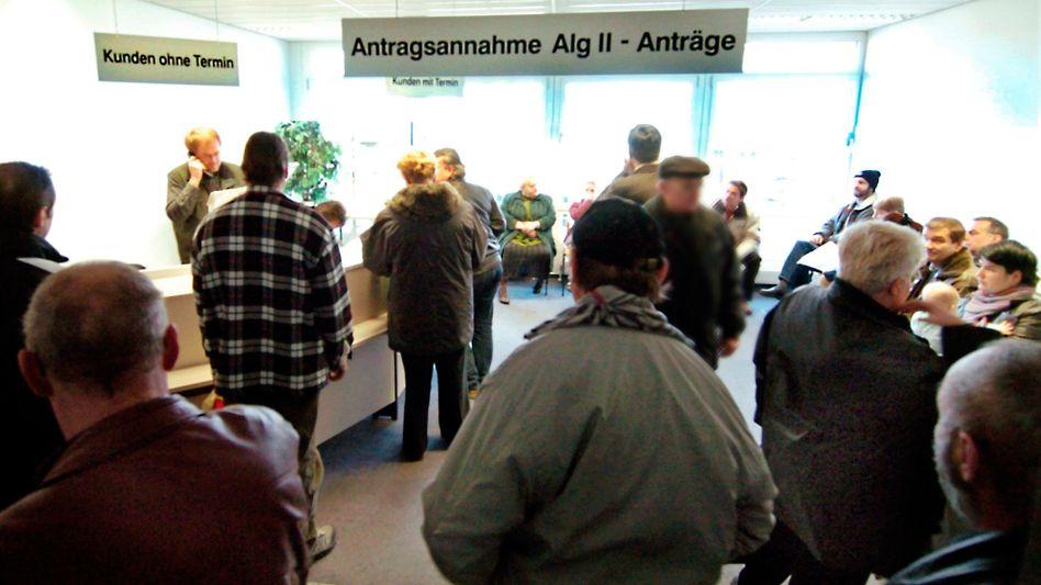 """Wartende in einer Arbeitsagentur in Leipzig: """"Fachliche Hinweise"""" zu möglichen Blaumachern"""