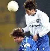 Trügerisches Bild: Hier überspringt Ulms Abwehrrecke Joachim Stadler seinen Gegenspieler Bruno Labbadia. Am Ende siegte jedoch die Arminia souverän