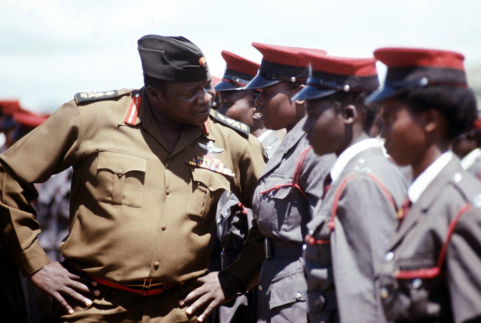 General Idi Amin Dada li UGA bei der Inspektion der Truppen Uganda