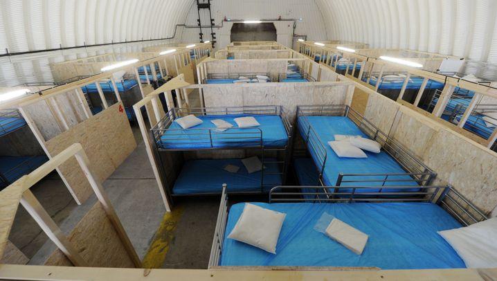 Flüchtlinge in Erding: Flugzeughallen werden zu Schlafsälen