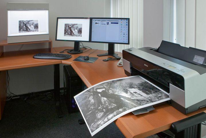 """Walther: """"Dies ist ein Foto meines Lieblingsarbeitsplatzes, der ganz auf digitale Schwarzweißfotografie ausgelegt ist"""""""