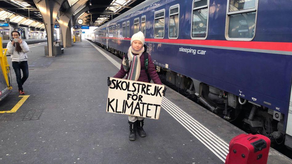 Greta Thunberg vor einem Nachtzug in Zürich