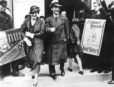 """Nazipropagandist Goebbels und Ehefrau am 10. April 1932, als Reichspräsident Hindenburg wiedergewählt wurde: Antisemitismus als """"Persönlichkeitsdestruktion"""""""