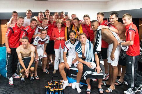 Angela Merkel beim Kabinenbesuch während der WM 2014 in Brasilien