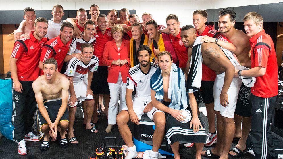 Politikerinszenierungen beim Fußball: Der Reiz der Umkleidekabine