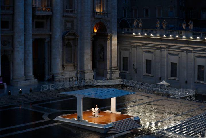"""Papst Franziskus auf dem leeren Petersplatz: In dieser Woche sprach er den Segen """"Urbi et Orib"""" - dieser wird sonst nur an Ostern, Weihnachten und nach einer Papstwahl gespendet"""