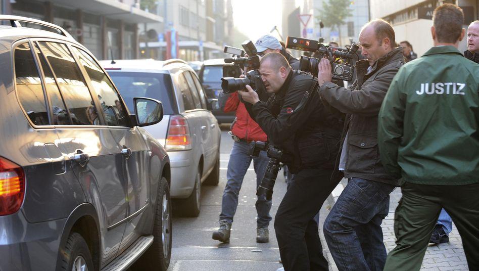 Reporter bei Kachelmann-Prozess (Oktober): Mit dem Aufnahmegerät vorm Gebäude