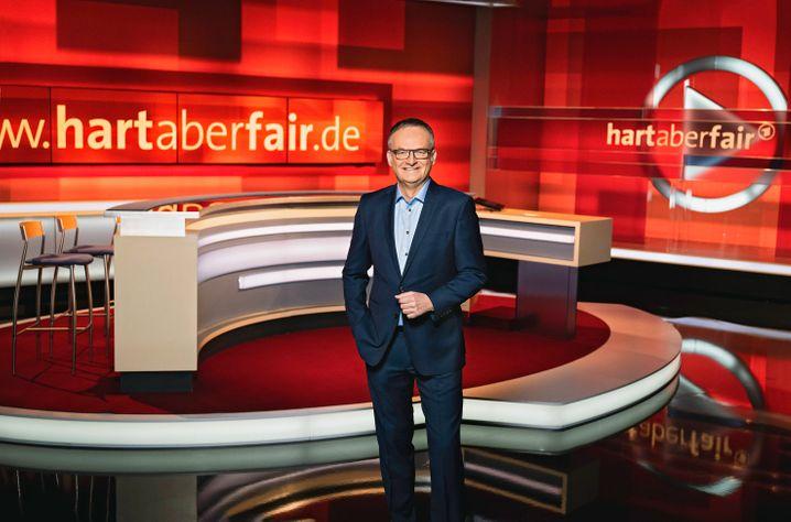 Moderator Frank Plasberg im Studio zur Sendung »hart aber fair«