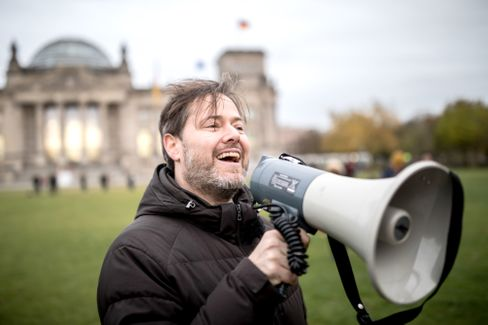 Milo Rau bei der Theateraktion vor dem Reichstag 2017
