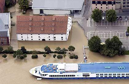 Ein Ausflugsschiff wartet am Dienstag in Regensburg vergeblich auf Fahrgäste: Die hohen Wasserstände der Flüsse Donau und Regen haben große Teile Bayerns überschwemmt. Die Schifffahrt ist eingestellt