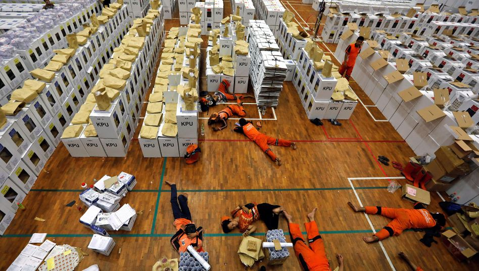 Pause in einem Lagerraum neben den Wahlurnen in Jakarta Mitte April