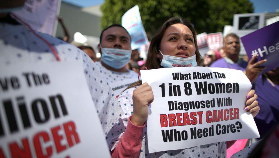 Eine Frau demonstriert in Los Angeles für die Erhaltung von Obamacare (März 2017)