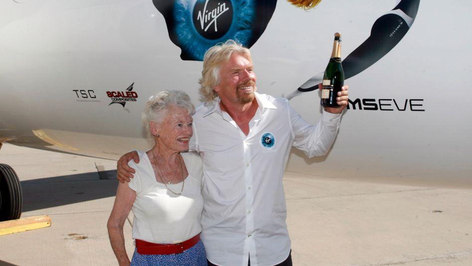 Richard Branson mit Mutter Eve Branson bei einer Präsentation in der kalifornischen Wüste 2008