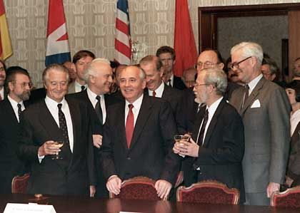 """A meeting of the """"Two plus Four"""" negotiations in the Moscow Hotel """"October"""" in September 1990."""