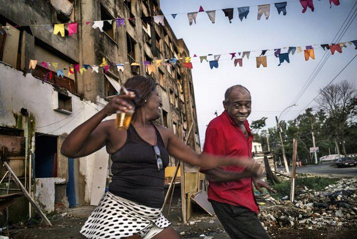 Zwei Menschen tanzen vor einer der Bauruinen