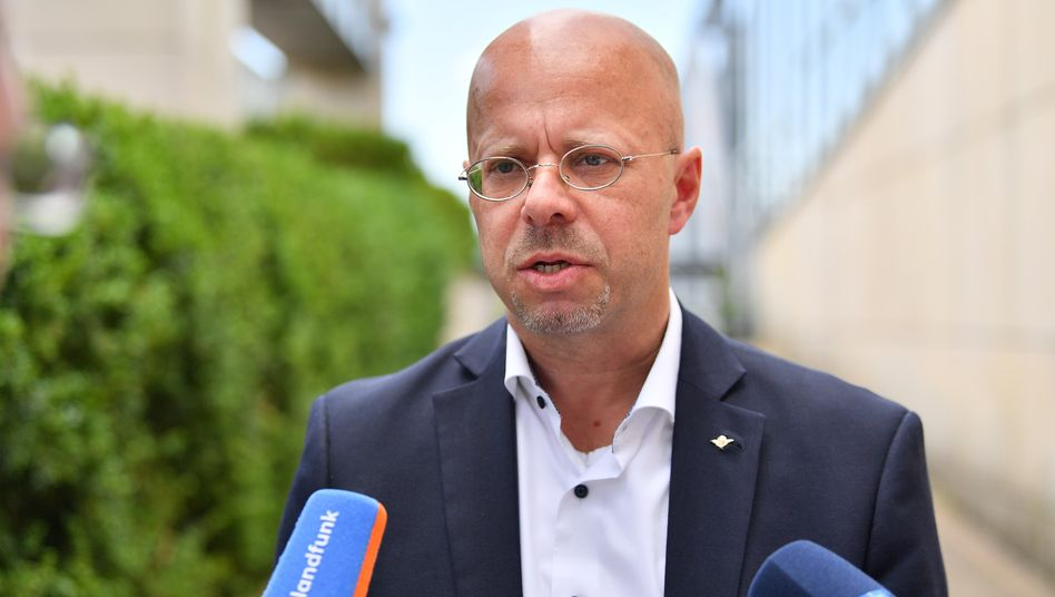 AfD-Politiker Andreas Kalbitz vor dem Kongresszentrum in Suhl: Bei der Vorstandssitzung dabei